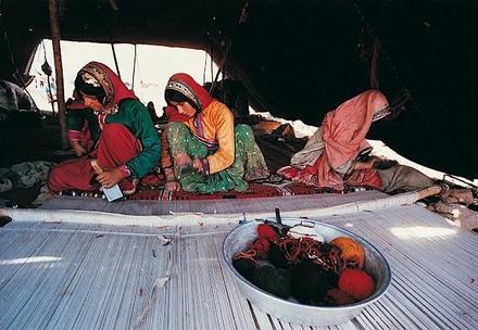 Nomadinnen des südpersischen Gaschgai Stammes knüpfen am liegenden Knüpfstuhl